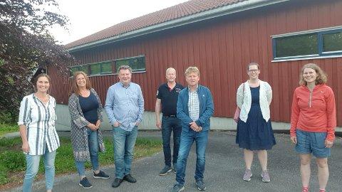 SKUFFET: Styret i Nedstrand bygdeutvalg ble konstituert 31. mai i år. Fra venstre: Janne Eide, Bjørg Rørtveit, Petter Losnegård (nestleder), Olav Ubøe, Svein Inge Djursvoll (leder), Ingrid Mæland og Kari Granberg Lund.