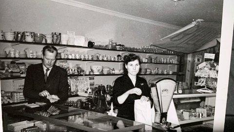 Bildetekst 2: Jakob og Hjørdis Sørbø i butikken. Hjørdis tok seg av den daglige driften, mens Jakob tok sin tørn om kveldene og lørdager med utkjøring av varer. Dette bildet er fra tidlig 1960-tallet.