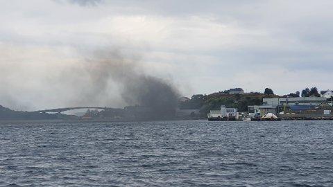 MYE RØYK: Det ble meldt om giftig røyk i området etter brannen hos Bokn Plast sist torsdag. Beboere i området ble bedt om å lukke vinduer og ventiler for å begrense en eventuell giftig røyk. Heldigvis førte gunstig vindretningen til at røyken blåste ut mot havet.