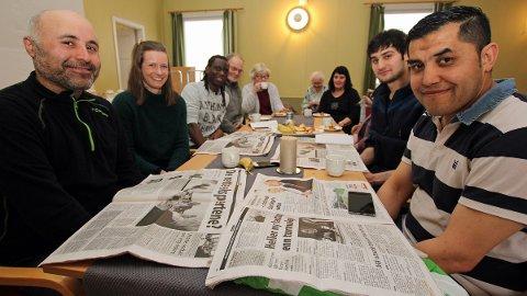 Hver mandag er det språkkafe hos Frelsesarmeen i Sandnessjøen.  De fremmedspråklige denne som møter denne gangen er (fra venstre) Emaad Saadia (37 år, Syria), Miahayo David Kommen (29, Rwanda), Besir Suleyman Oz (25, Tyrkia) og Ali Ashraf (39,  Afghanistan).