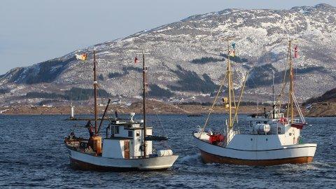 Alstahaug Kystlag-båtene Dønning (til v.) og Leiskjær på vei til VM i skreifiske.
