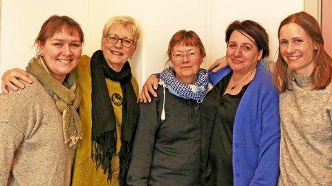 De  inviterer de til 8. mars-markering i Sandnessjøen. Fra venstre Tanja Elvrum Stokka, Eli Julie Larsen, Margit Steinholt, Sonja Folgerø og Hanne Østerhus Dahle.