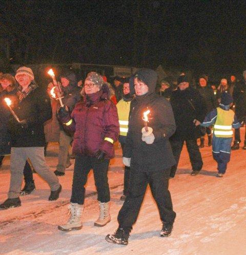 I tog for asylbarna: Mellom 150–200 personer trosset det sure været og gikk i fakkeltog i Sandnessjøen søndag kveld. foto: marit almendingen