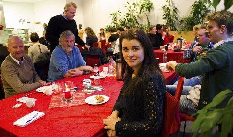 Vi vil heim: Laila Olderskog i Vi vil heim inviterte til juletreff mandag. Torbjørn Aag (til venstre) orienterte om trainee-ordningen Kandidat Helgeland, mens Simen Nyland og Aleksander Leines Nordaad (til høyre) orienterte om filmmiljøet i Mosjøen. Foto: Nils Inge Lorentsen