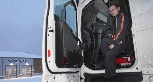 Bor: Sergey Chabarov har i to uker bodd i førerhuset på traileren sin, som står ukjørbar ved tomta til Wist Last og Buss AS på Baustein i Mosjøen.  Foto: Jon Steinar Linga
