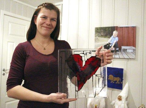 STEMT FRAM AV LESERNE: Eline Bergquist holder opp fatet fra Turid Grov som er det synlige beviset for at hun ble stemt fram som Årets Helgelending. – Det er en stor ære, sier hun og smiler. Foto: Jill-Mari Erichsen