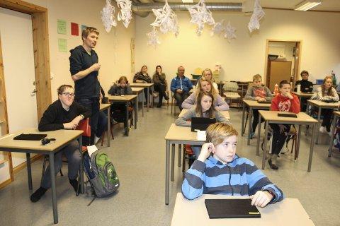Undervisning: Lasse Blom er lærer i matematikk i 7. klasse på Vik skole. Dette er andre dag elevene på mellomtrinnet har tatt i bruk IPad i undervisningen. alle foto: Hildegunn Nielsen Tjøsvoll