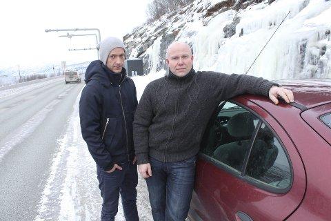 Bevis: Ole Alexander Myrholt (t.v.) og Arne Erik Drevland ber Helgeland Veiutvikling eventuelt dokumentere om og hvorfor det var lov å starte innkreving av bompenger på en veistrekning som ikke var ferdig da bomstasjonen (bak) ble satt i drift 10. desember 2013. Foto: Jon Steinar Linga