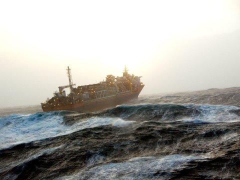 """Norne-skipet klarer normalt brasene selv om uværet slår til med full styrke. Slik så det ut da skipet måtte hamle opp med """"Berit""""."""