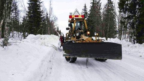BILLIGST: Svevia har i dag kontrakten for drift og vedlikehold av veiene for området Mosjøen, og har lagt inn det rimeligste tilbudet også for de neste fem årene. Her skyves det ut brøytekanter ved Toven. Foto: Privat