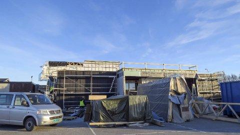 REISER SEG: Arbeidene med det nye helsehuset som ligger vegg i vegg med det gamle er i godt gjenge. Bygget skal etter planen overtas av Herøy kommune den 1. juli. Foto: Valborg Aalstad