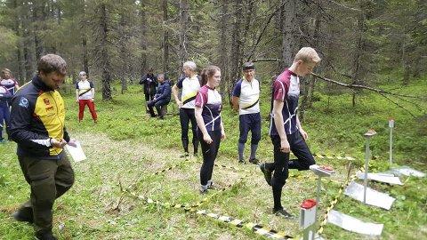 KM: I helga møttes orienteringsløperne i Nordland til ultralang-KM på Fallmoen i Vefsn. Her er det Lars Solli og Ida Solli fra Mo OK som er klar til start. Foto: Liv Anne Sollie