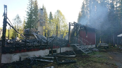 Natt til torsdag ble to hus totalskadet i brann i Hattfjelldal. En mann i 50-årene er siktet for brannene og sitter nå i varetekt.
