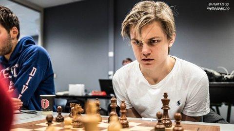 MØTER SJAKKSPILLERE I MOSJØEN: Sjakkspiller Lars Oskar Hauge fra Oslo kommer til Mosjøen og Mosjøen sjakklubb. Det blir mange runder med simultansjakk, og i dag er han på Kippermoen ungdomsskole.