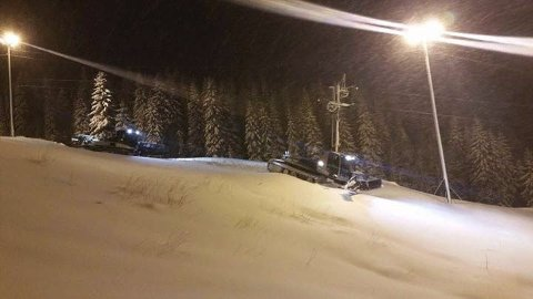 TRÅKKEMASKINER: Mosjøen slalåmklubb har hatt tråkkemaskinene sine i gang allerede, men det er litt lite snø.