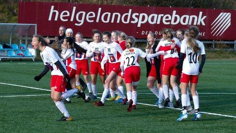 Så glad ble spillerne på Halsøy J13 da straffesparkkonkurransen var over lørdag.  Halsøy slo Grand Bodø 5-4.