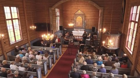 Kirkekonsert med Gone Country i en fullsatt Hattfjeldal kirke
