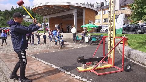 Lars Andreas Sirijord tester styrken med slegga