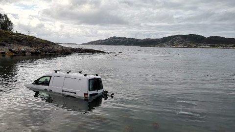 UKJØRBAR: Bilen lå til slutt nesten helt under vann og ville sannsynligvis forsvunnet ut på havet om det ikke var for båttilhengeren som var festet på.
