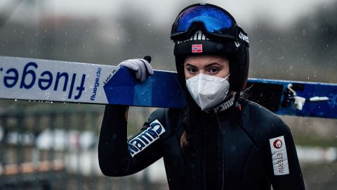 OPPLADNING: I går måtte Eirin Maria Kvandal hoppe med lånte ski fordi hennes ski ble borte på reisen fra München. Hun ble nummer 11 i kvalifiseringen. I dag har hun egne ski og hoppet langst av alle.