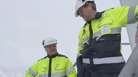 INSPEKSJON: Fredag inspiserte driftsleder Kjell Arne Bekkevold og daglig leder Erik Mortensen  i Øyfjellet Wind de første turbinene som er montert. Foto: Per Vikan