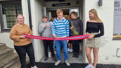 ÅPNET: Leder i ungdomsrådet Lars Andreas Sirijord klipper båndet som markerer den offisielle gjenåpninga av ungdomsklubben Madamax etter totalrenovering.