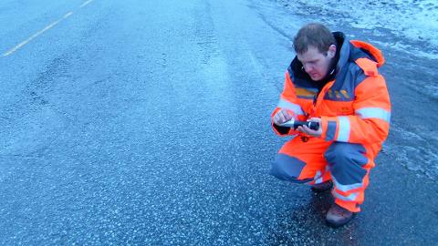Kai Rune Lysbakken i seksjon for vegteknologi i Vegdirektoratet forteller at salting i seg selv ikke fører til spontan gjenfrysning og glatt vei.
