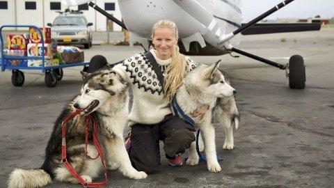 TURVENNER: Tonje Helene Blomseth og hennes to faste turkollegaer Nanni og Nanook før deres dramatiske møte med en elg i Alaska. Foto: Privat