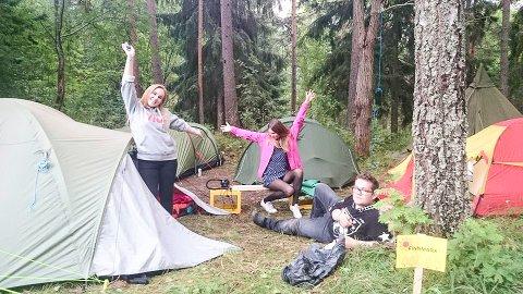 GOD STEMNING: Det var i går god stemning i teltleiren til Finnmark AUF på Utøya. Fra venstre Guro Vollan Nilsen, Frida Holm-Glad og Håkon Haldorsen.