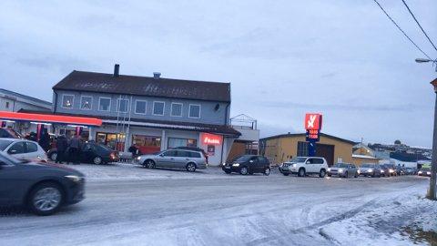 KØ TIL NORDPOLEN: Mange kunder ville sikre seg billig bensin på åpningsdagen.