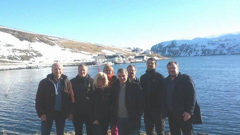 Bygdefolk, representanter fra Salmar og Hammerfest kommune samlet i Akkarfjord i april 2016.