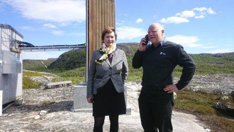 Endelig: Varaordfører Lena Bergeng og dekningssjef Tommy Johansen skrur på dekningen i Lanabukt. alle foto: Kristine Marie Nordal