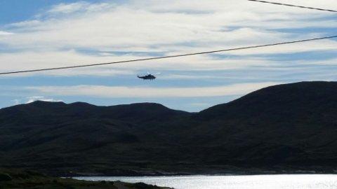 Her fløy redningshelikopteret forbi Mehamn i Gamvik på tur til atomisbryteren. (Foto: Kristian Elvebø Edland)