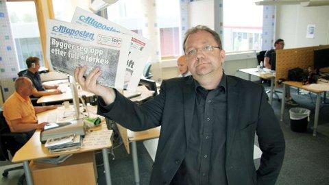 Redaktør i Altaposten, Rolf Edmund Lund blir overrasket da han blir presentert for de nyeste opplagstallene for papirutgaven til avisen.