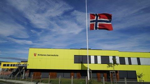 Kirkenes skole flagget på halv stang mandag etter en drapssak hvor en av skolens elever mistet livet.