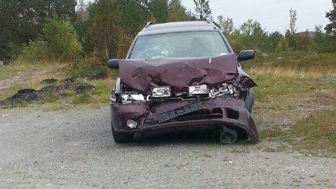 BLE STÅENDE: Denne bilen ble stående igjen i Hjemmeluft etter en ulykke på E6.