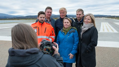 PÅ BESØK: Avinor-sjef Dag Falk-Petersen besøkte i september Banak, sammen med flere fra konsernledelsen. Da mente man ennå at rullebanekutt var det rette. 3. november søkte Avinor imidlertid om å konvertere dagens godkjenning, og nå har Luftfartstilsynet godkjent søknaden. Her er Avinor-ledelsen sammen med lufthavnsjef Ulf Myrmel, ordfører Aina Borch (Ap), fylkesordfører Runar Sjåstad (Ap) og Høyre-topp Jo Inge Hesjevik.