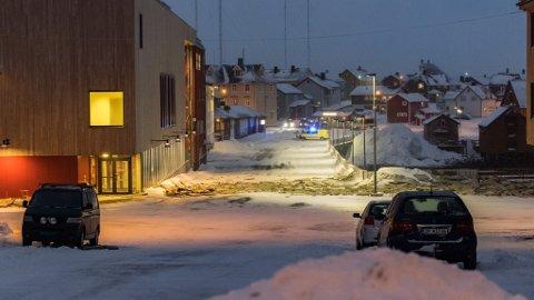 Slik så det ut utenfor flerbrukshuset i Vardø onsdag morgen. Været fortsetter å skape problemer i byen.