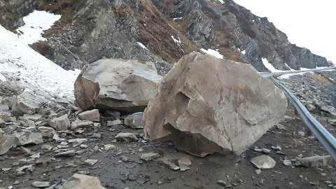 RAST UT: Steinblokkene sperrer veien inn til Dyfjord.