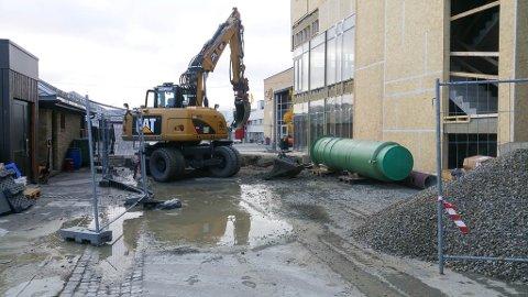 MER GRAVING PÅ SENTRUM: Det er en vannlekkasje på Alta sentrum, og Park & Anlegg Alta AS skal stenge den vannlekkasjen den nærmeste tiden.