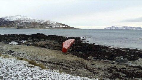 LIVSFARLIG: Om denne treffer en fiskebåt vil det neppe være gode odds for fiskebåten. Den er 25 meter lang og veier flere tonn. Denne har flytt i land på Karlsøy, men en helt maken ligger i havet et sted utenfor Magerøya og utgjør en betydelig trussel for skipstrafikken. FOTO: VTS