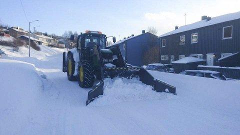 LEI SNØ: Kim Rune Sandnes startet i 2016 opp for seg selv. K. Sandnes Maskin AS er et maskinentreprenørfirma med to gravemaskiner, en lastebil og en traktor som er lagt ut for salg. Foto: Privat