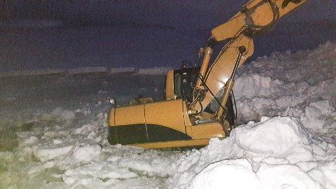I DRIKKEVANNET: Per Ivar oppserverte denne gravemaskinen ved vannverket i Vardø mandag kveld. Senere samme kveld ble den fjernet. Kommunen mener det ikke er fare for forurensing av vannet.