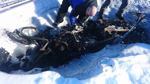 STO UTEN SCOOTER: Det var lite som var igjen når flammene var ferdige med snøscooteren.
