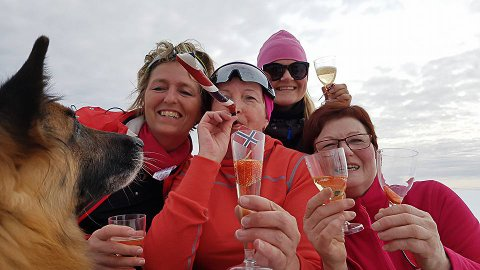 GODT I SEKKEN: Tilfeldighetene gjorde at det ble både champanje, jordbær, kake, flagg og17.maifløyte på tur. Her ser vi Vaar Nilsen, Gunn Jøran Farstad, Gry Anita Kristiansen og May Lund.