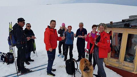 FEIRET PÅ TUR: Det var helt vindstille da delegasjonen fra Vardø tok skiene fatt på 17. mai. Fra venstre: Karl Agnar Sætrum, Bjørn Bangsund, Odd Einar Farstad, Gry Anita KRistinansen, Astrid Stormo, Helge Stormo, May Lund og Vaar Nilsen.
