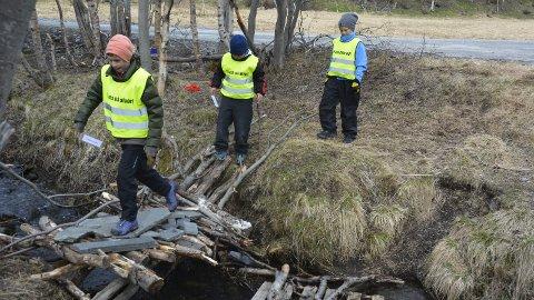 KJEMPER FOR SKOLEN: Egon Nikolai Olsen (10), Eskil Guttormsen (12) og Iver Johannes Hansen (11) mener at rammene rundt deres nærskole er verdt å kjempe for.