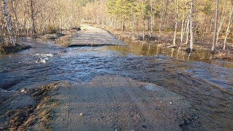 TOK VEIEN: Flommen tok veien ved Storvannet i Alta.