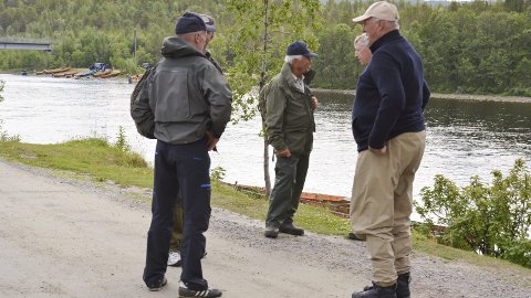 FAST FØLGE: Kong Harald i samtale med styreleder i ALI og staker i Mikkeli Hans Kristian «Hasse» Kjeldsberg etter et tidligere døgn i Altaelva.