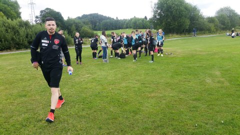 SUKSESS: Sindre Masternes har suksess med sine tidligere spillere i Norway Cup. Her er han og hans spillere på vei til sin første kamp i Norway Cup 2017.